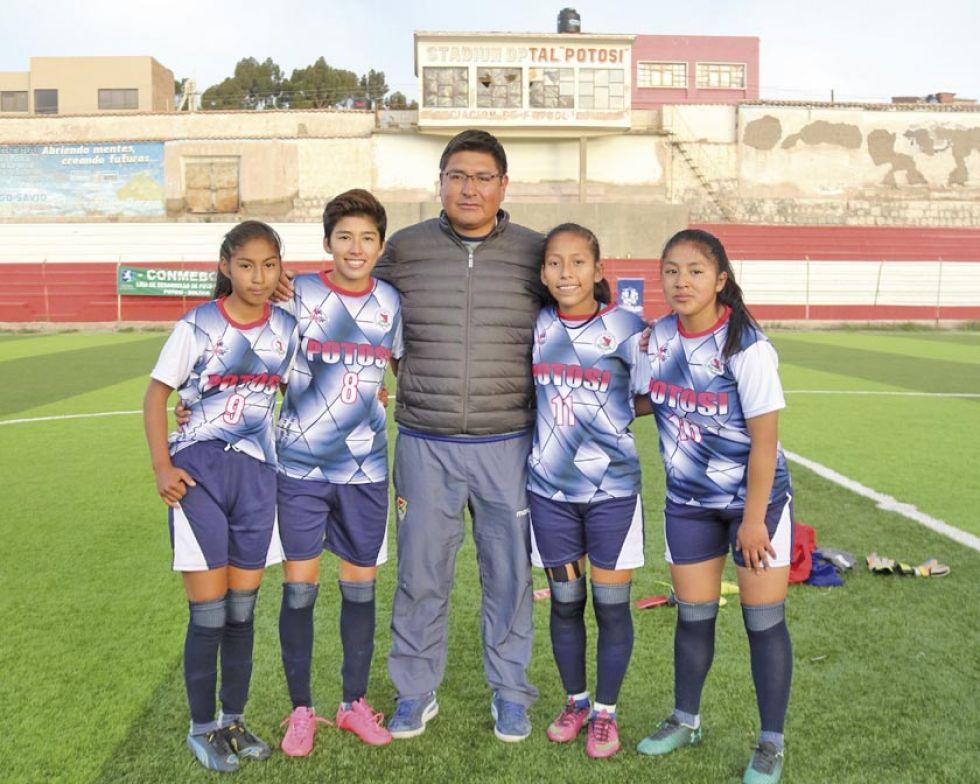 Las goleadoras Paredes, Guzmán, Choque y Álvarez junto al técnico Veimar Delgado.