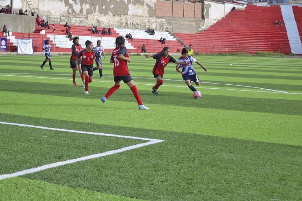 La jugadora Ingrid Guzmán, de Potosí, en pleno remate.