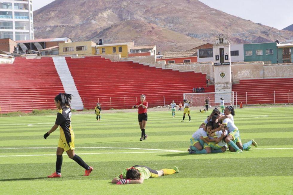 Tarija empató 1-1 en el tiempo reglamentario y venció en penales a Santa Cruz (5-4).