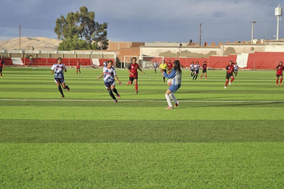 La jugadora Mayra Choque (c), de Potosí, convierte el segundo gol del partido.