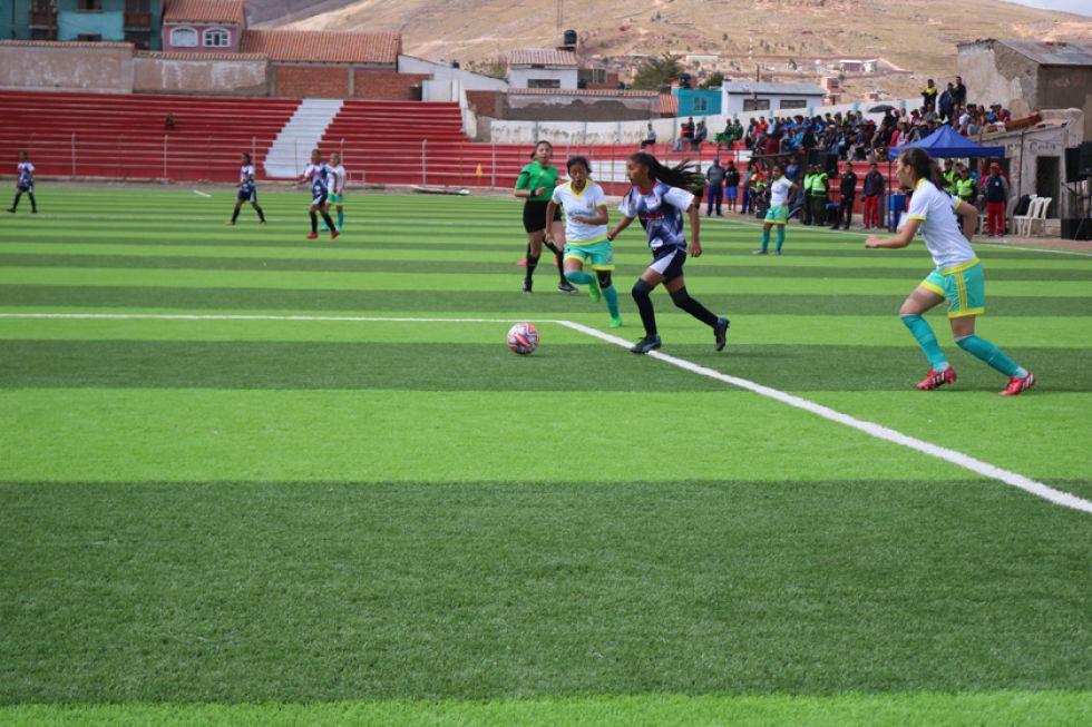 La futbolista Nicol Zamara Paredes, de Potosí, avanza a la portería rival.