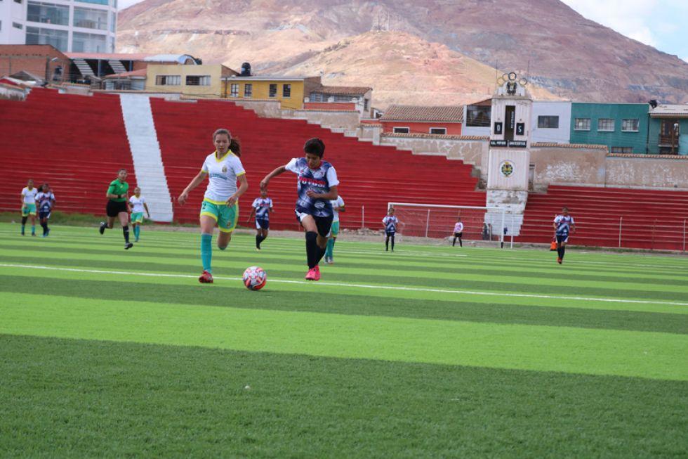La jugadora Ingrid Guzmán (d), de Potosí, trata de ganar el control de la pelota.