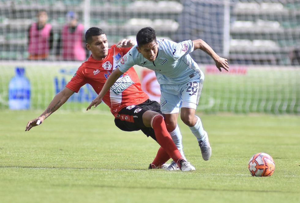 Marcos Andia (i) trata de detener a Erick Cano.