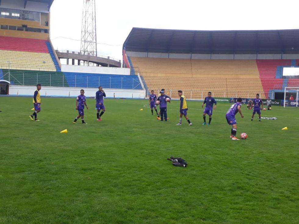 El equipo lila se encuentra en el estadio.