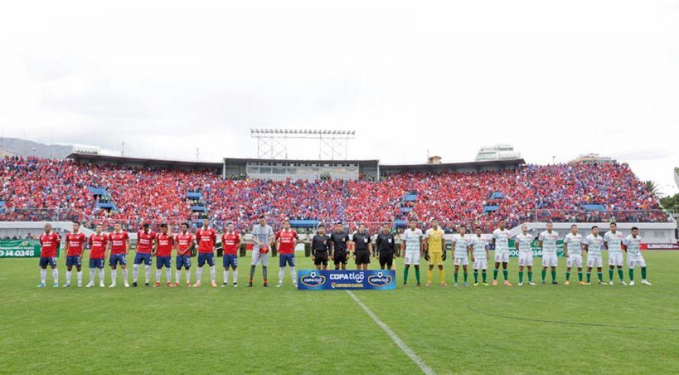 Los equipos de Wilstermann y Oriente Petrolero ante de empezar el partido.