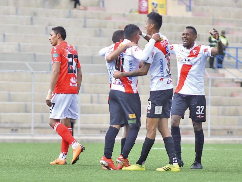 Los jugadores de Always Ready festejan el gol de la victoria.
