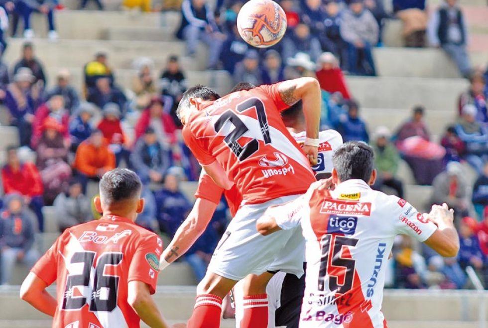 Diego Navarro (c) salta para cabecear el balón.