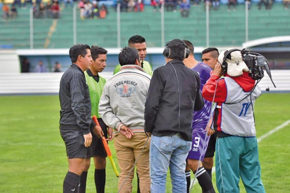 El veedor del partido, Alí Sánchez, conversa con los árbitros.