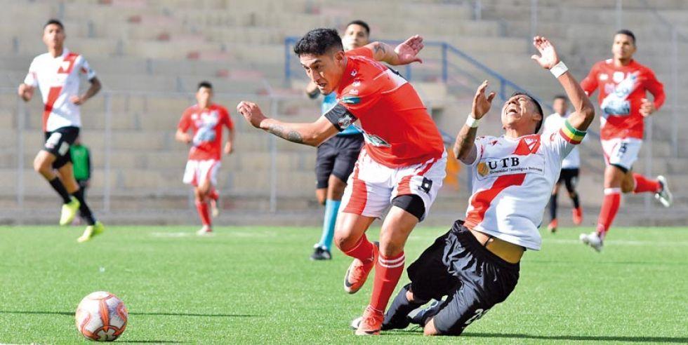 Miguel Quiroga (i) elude la marca de su rival.