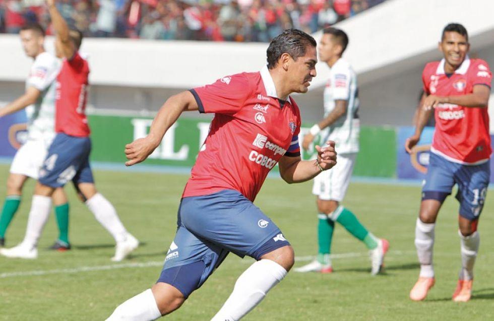 Edward Zenteno, de Wilstermann, celebra su gol.