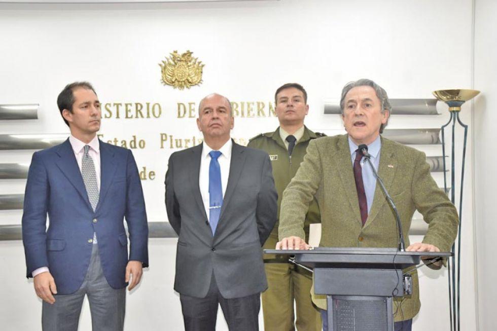 El ministro Arturo Murillo, junto al eurodiputado Hernan Tertsch y el diputado español Víctor González.