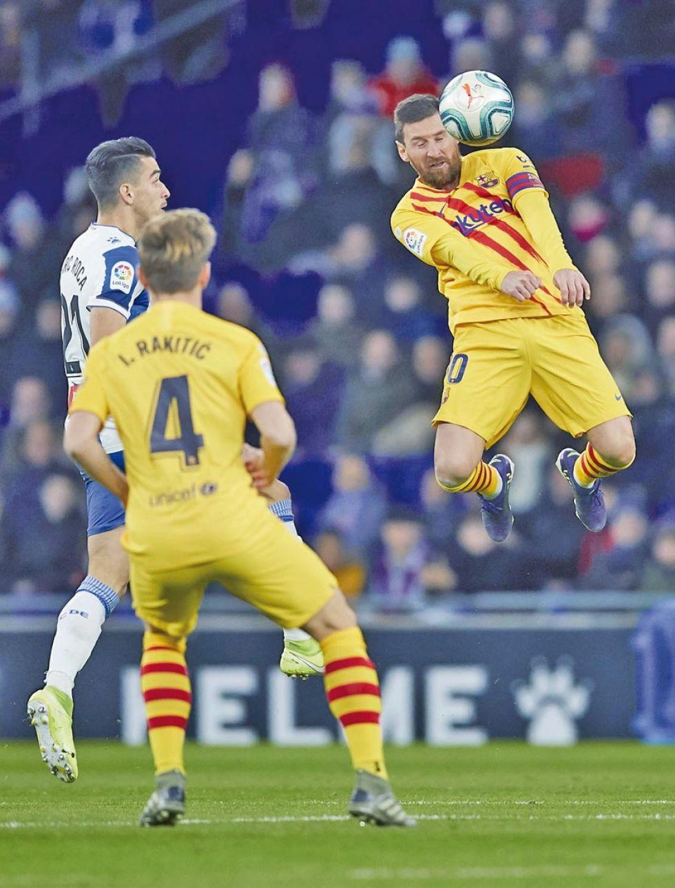 Lionel Messi, de Barza, cabecea la pelota.