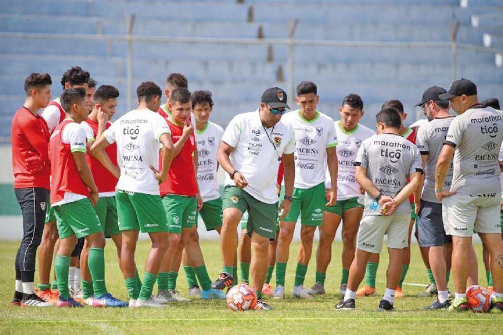 El técnico venezolano conversa con los jugadores.