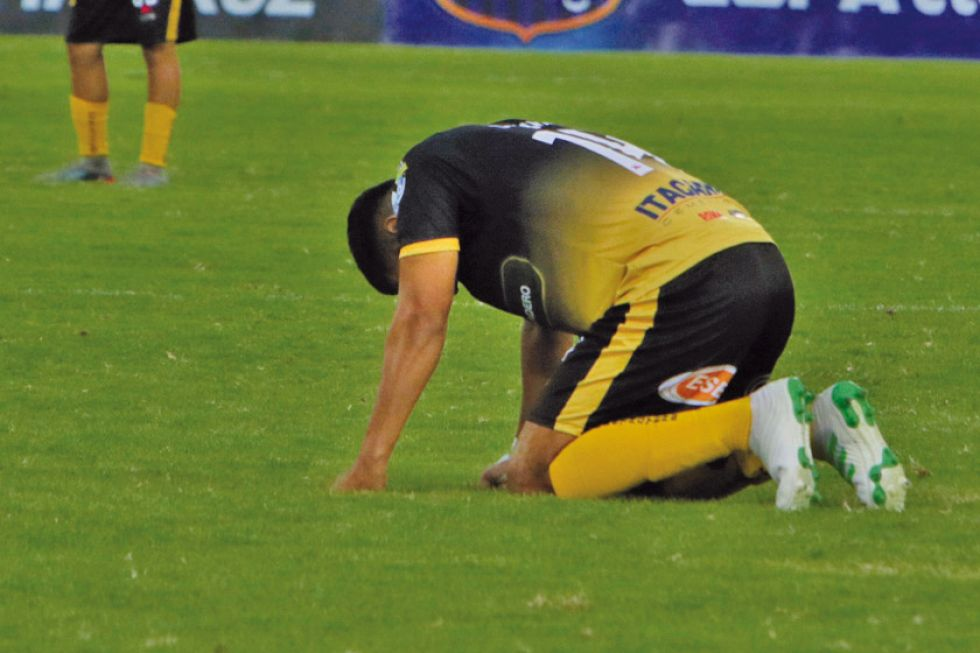 El descenso de Destroyers crea una crisis en el fútbol nacional