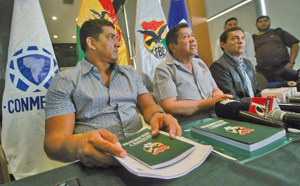 El comité ejecutivo del balompié nacional durante la conferencia de prensa.