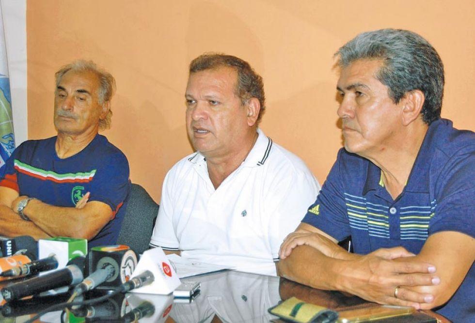 David Paniagua (c) y Milton Melgar (d) miembros de la Futbolistas Agremiados de Bolivia.