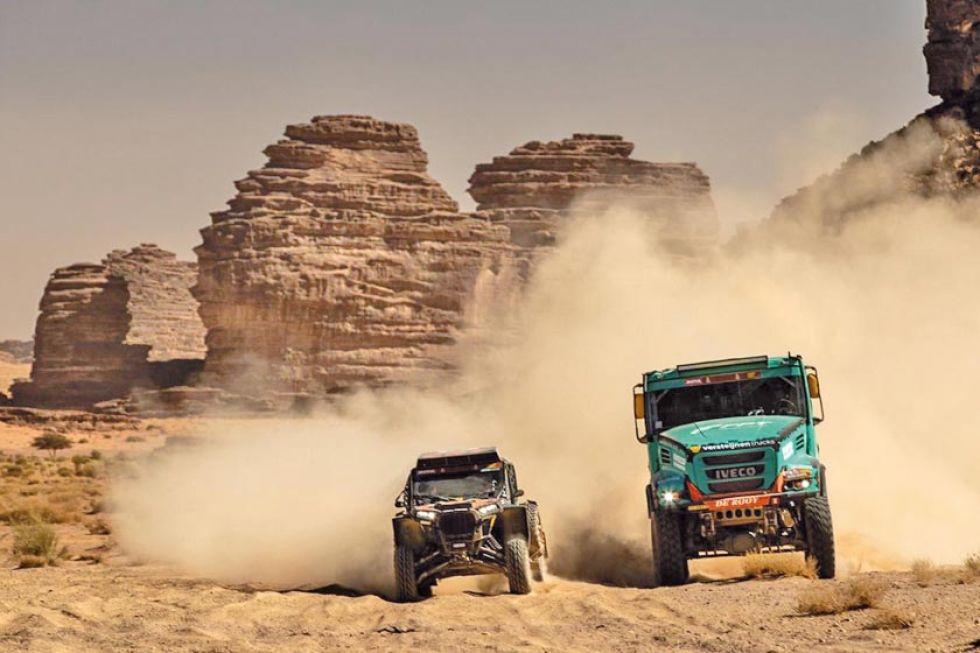Un camión trata de pasar a un buggys.