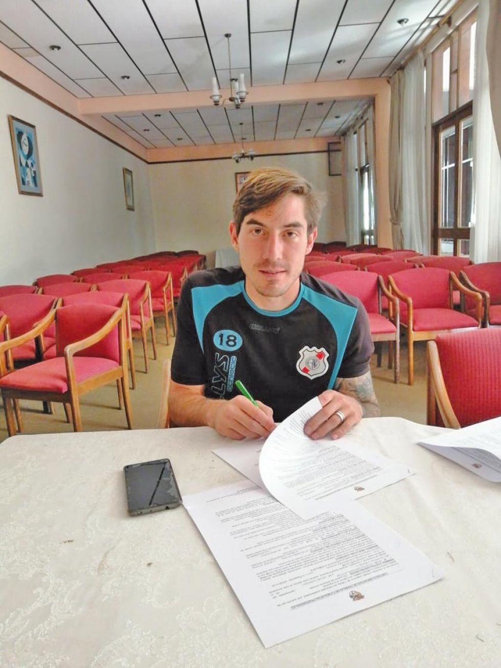 Francisco Rodríguez  durante la firma de su contrato.