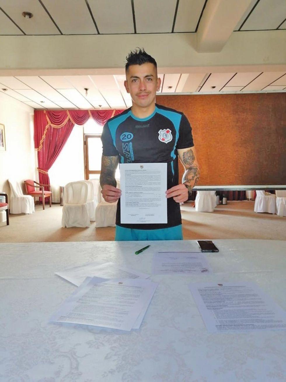 Miguel Suárez durante la firma de su contrato.