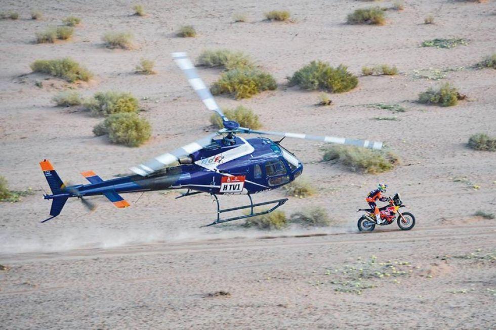 Toby Price es seguido por un helicóptero.