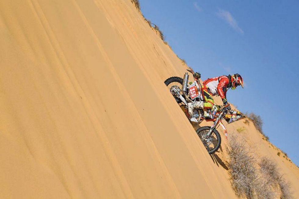 El italiano Mateo Olivetto baja una de las dunas.