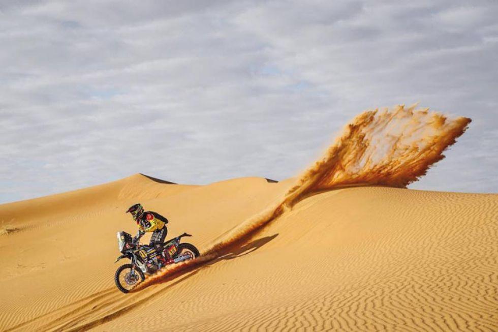 Stefan Snitko baja una de las dunas durante la etapa de la víspera.
