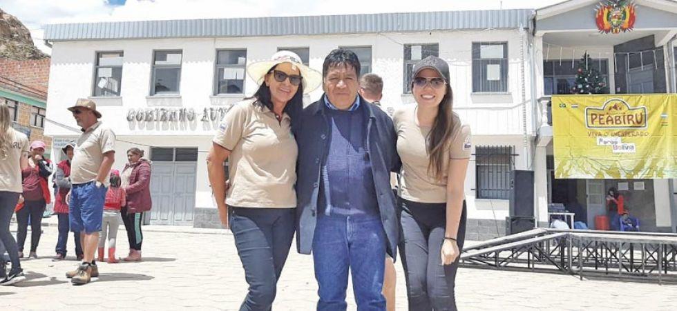 El alcalde de Porco junto a dos de las raidistas.