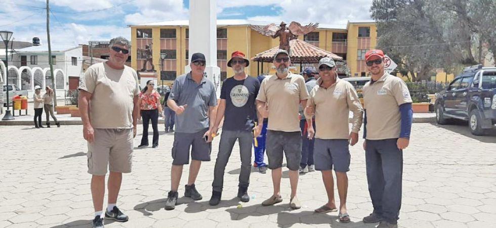 Más integrantes de la caravana en la plaza principal de Porco.