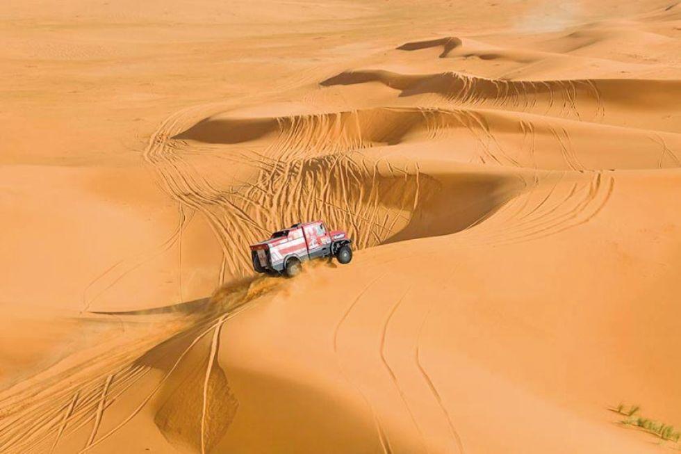 Los monstruos del Dakar tuvieron que pasar por varios trayectos de arena.