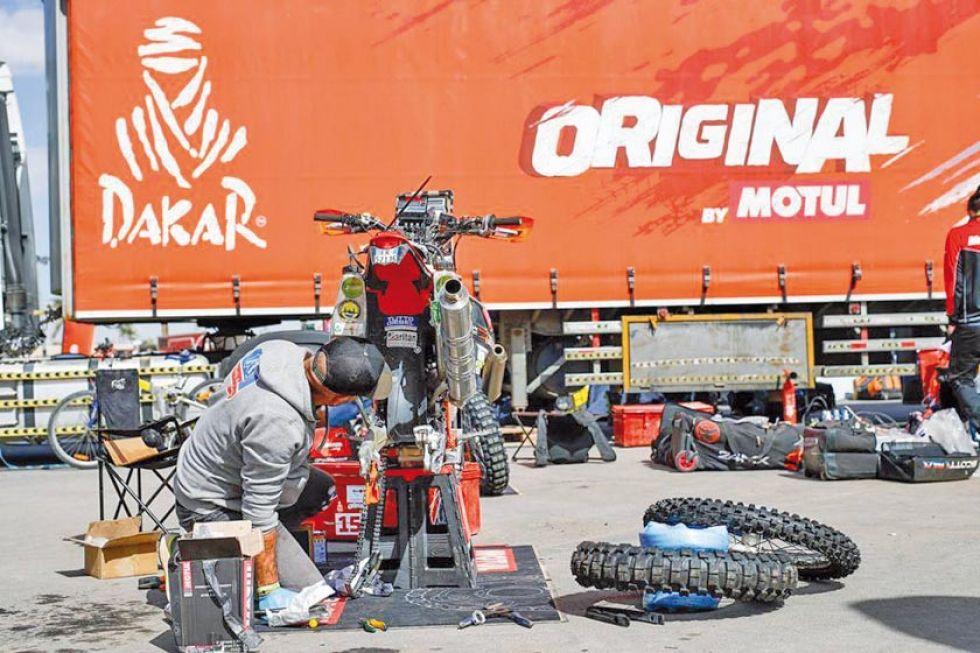 El italiano Matteo Olivetto repara su motocicleta.