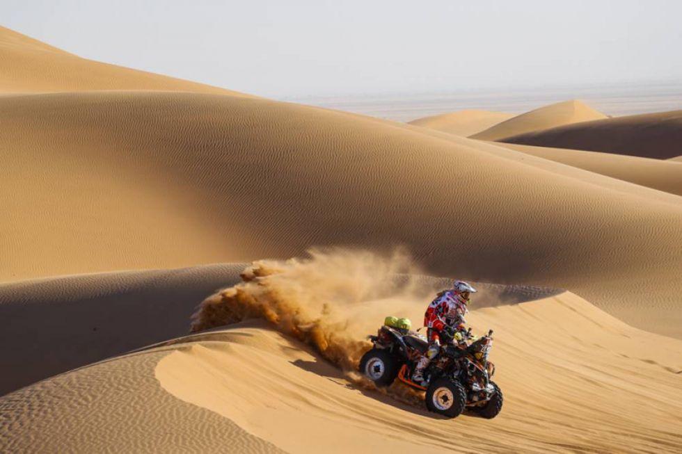 El polaco Lindner Arkadiusz elude una de las dunas.