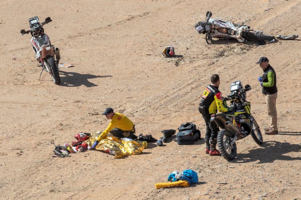 Pilotos y médicos  cuando trataban de ayudar al motociclista.