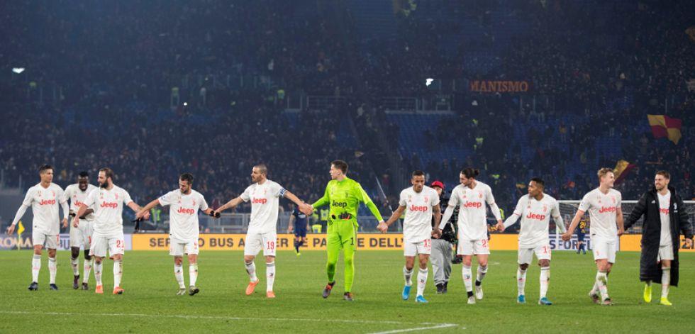 Los jugadores de la Vecchia Signora celebran el torneo.