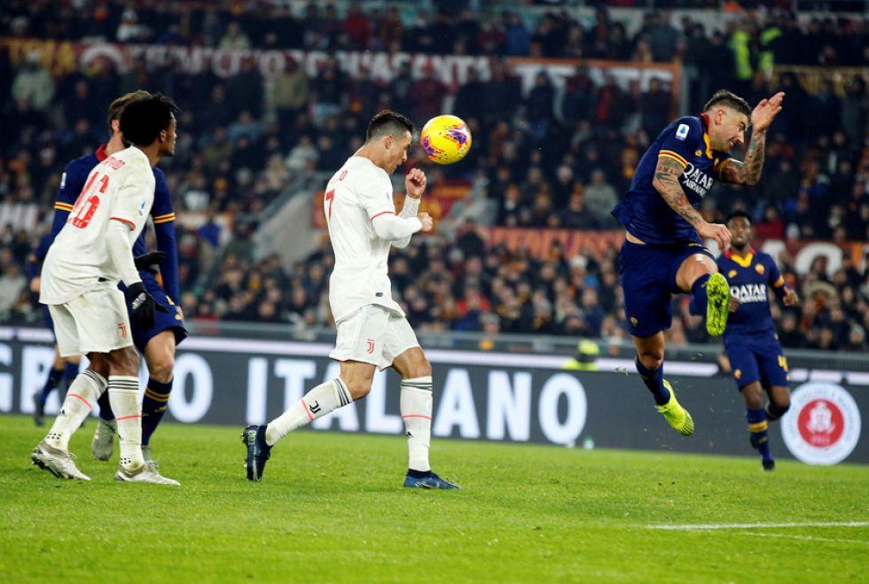 Cristiano Ronaldo, de Juventus, remata el balón de cabeza.