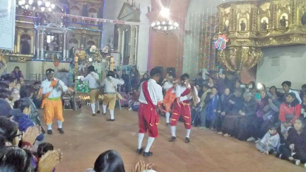 Las danzas fueron presentadas en el templo.