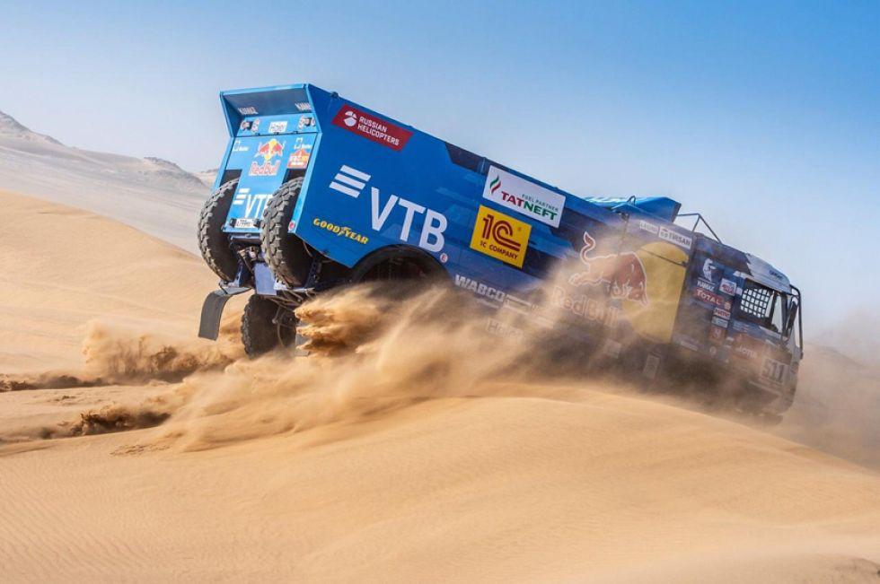 Al mando de su camión el ruso Andrey Karginov, elude una de las dunas.