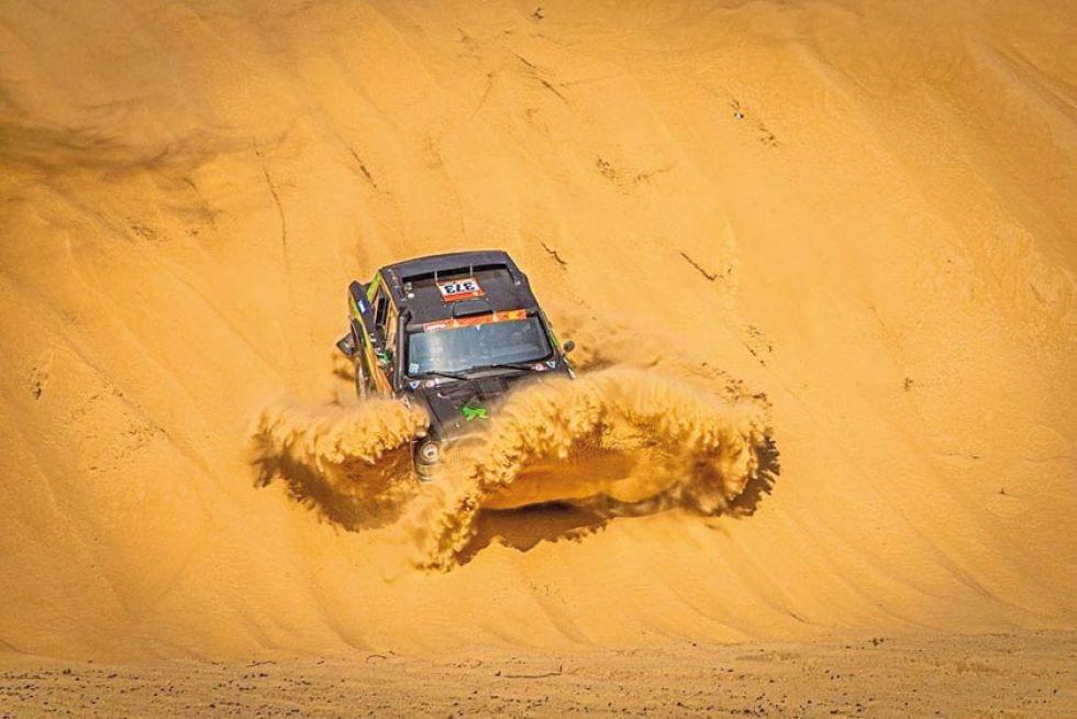 La máquina del chino Ke Yan se clava contra la arena.