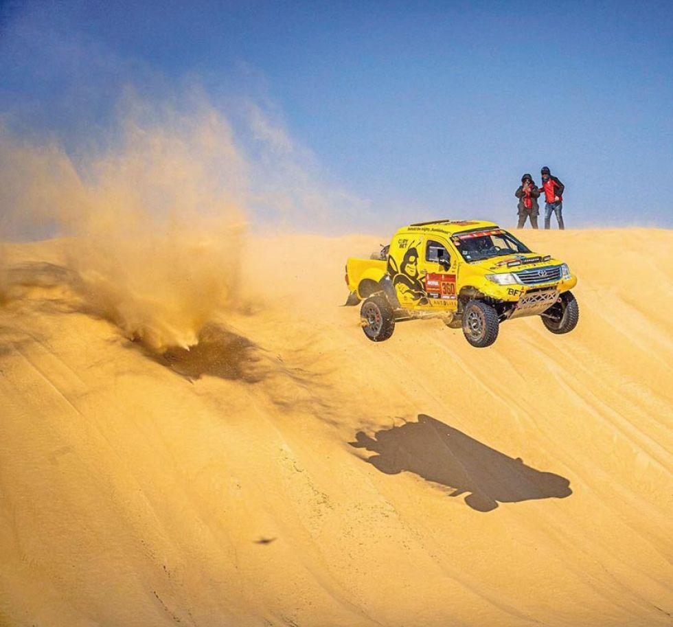 Roman Starikovich vuela en una de las dunas.