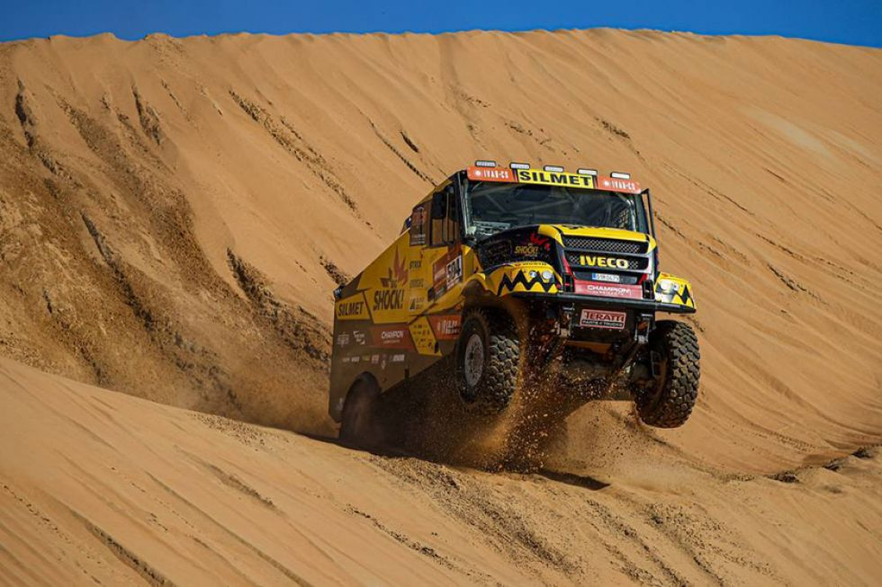 Martín Macik vuela en una de las dunas.