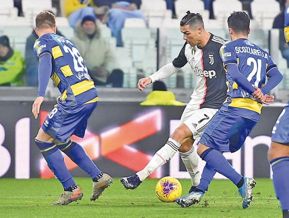 El delantero portugués controla el balón.