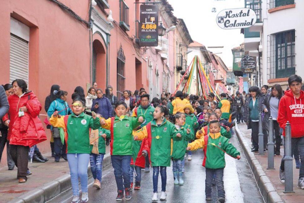 Ni el frío pudo con la alegría de los niños en el desfile.