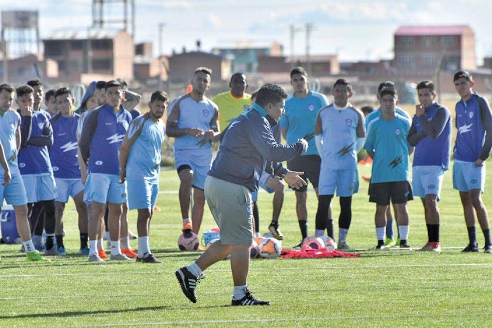 Los jugadores santos durante su entrenamiento.