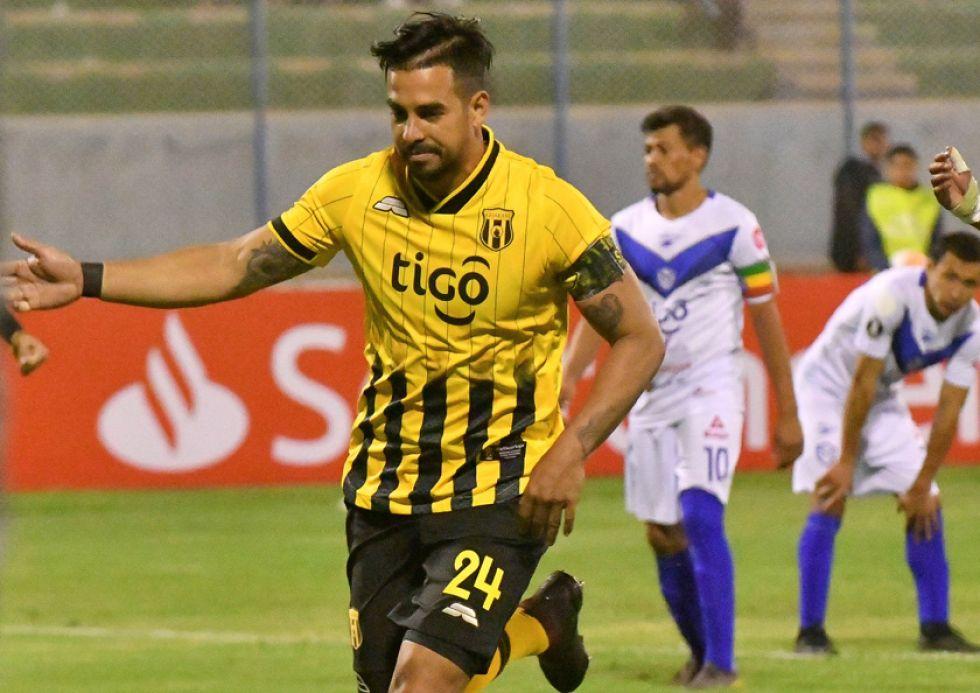 Cristian Baez, de Guaraní, festeja su gol.