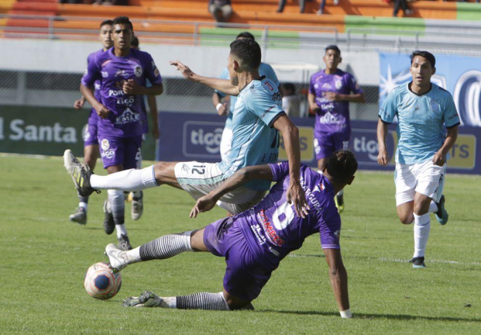 Nicolás Aguirre, de Real, quita el balón a su rival.