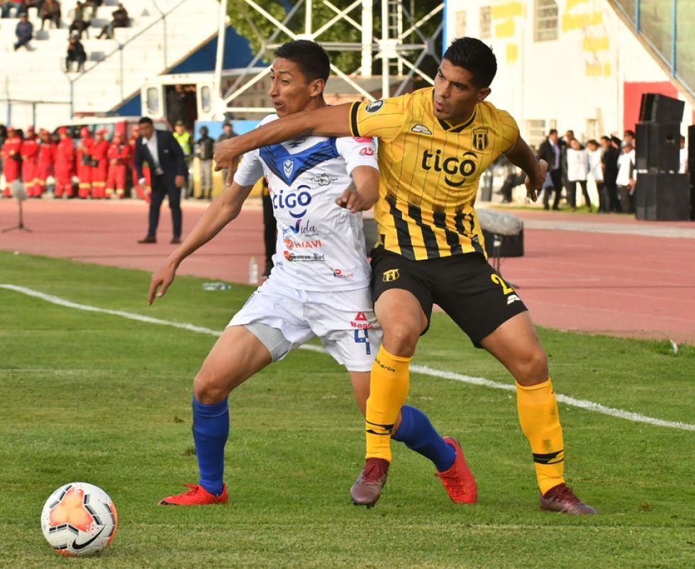 Iván Vidaurre, de San José, lucha por el balón con su rival.                                                                                                              APG