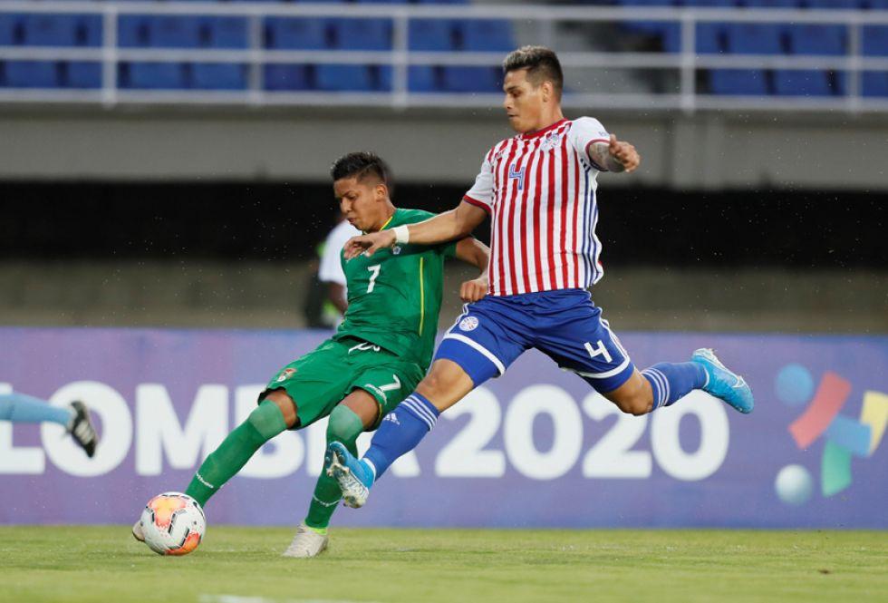 John García, de Bolivia, remata el balón ante la marca de un rival.