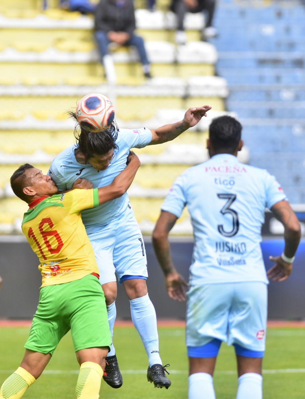 Alan Loras (i) pelea el balón con un rival.