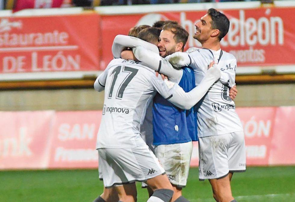 Los jugadores de Cultural Leonesa celebran el triunfo.