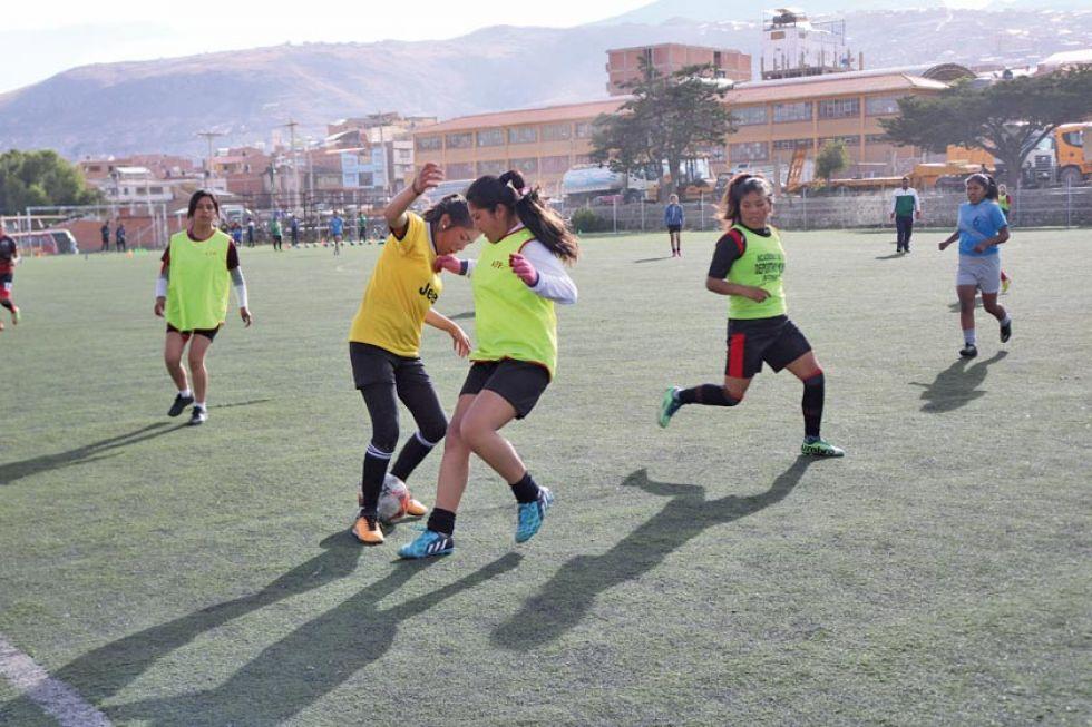 El equipo femenino durante su ensayo de fútbol.