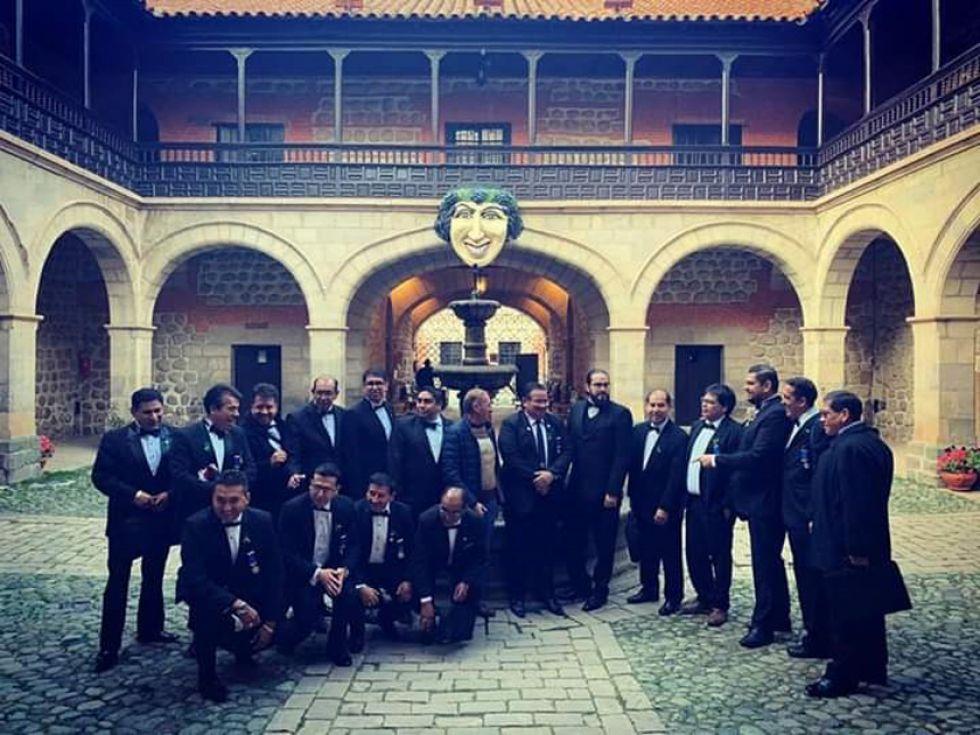 Leytón está al centro de esta foto, con ropa informal. Él no participó del acto.